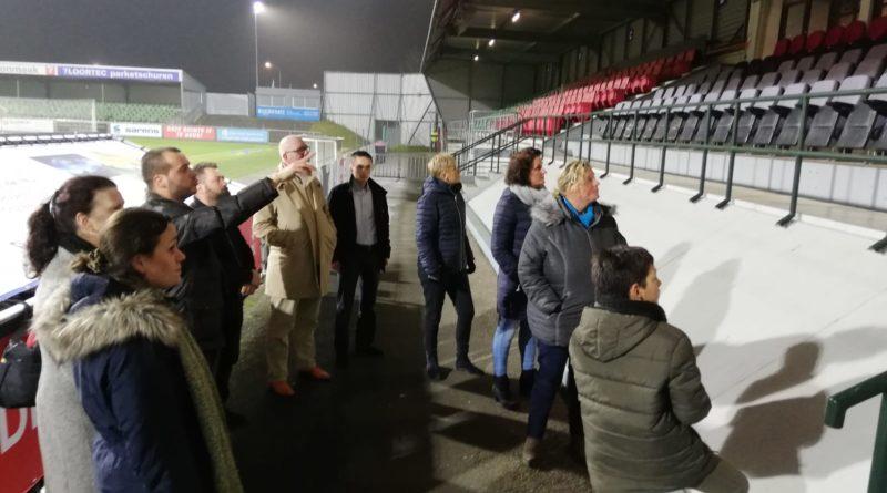 Raadsleden bezoeken stadion